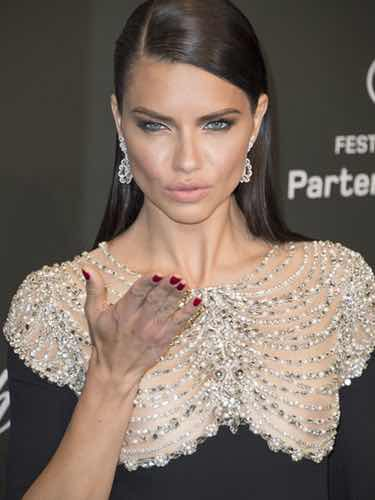 Adriana Lima con su melena hacia un lado