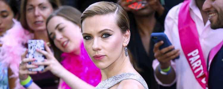 Scarlett Johansson con el pelo corto engominado