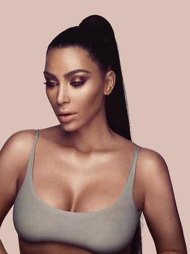 Kim Kardashian anunciando su línea de maquillaje