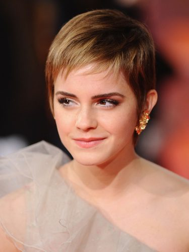 Emma Watson con un corte de pelo masculino y mechas rubias
