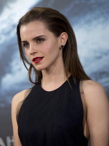 Emma Watson con pelo liso peinado hacia atrás