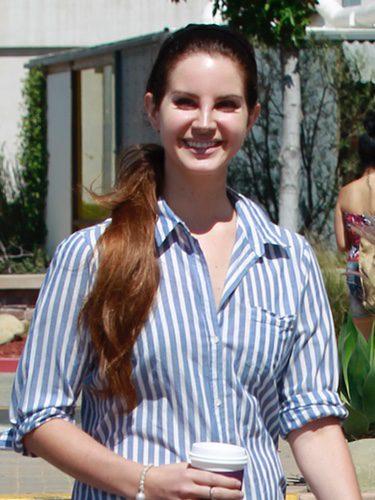 Lana Del Rey con una coleta hacia un lado