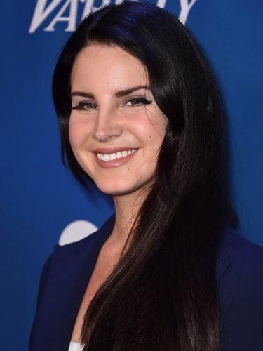 Lana Del Rey con una larga melena negra