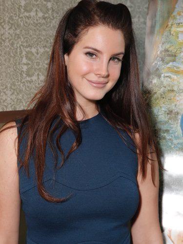 Lana del Rey con un peinado extraño