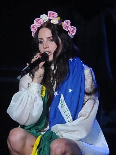 Lana Del Rey con una corona de flores