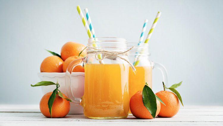 El zumo de naranja tiene un gran contenido vitamínico que beneficia a la piel.