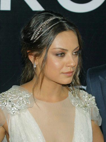 Mila Kunis con recogido con diadema