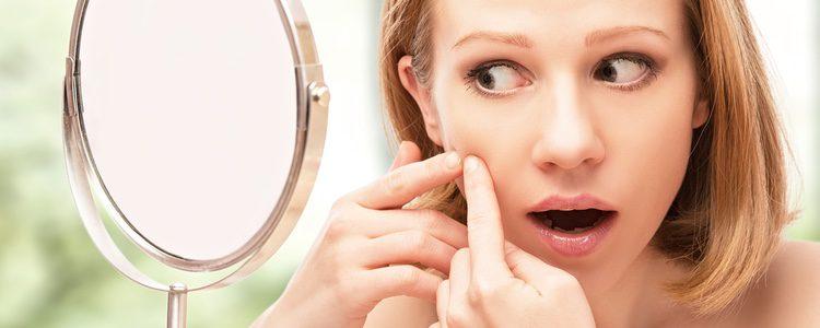 El corrector es el aliado perfeto para ocultar el acné