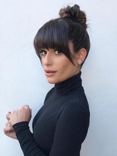 Lea Michele con moño ondulado y flequillo