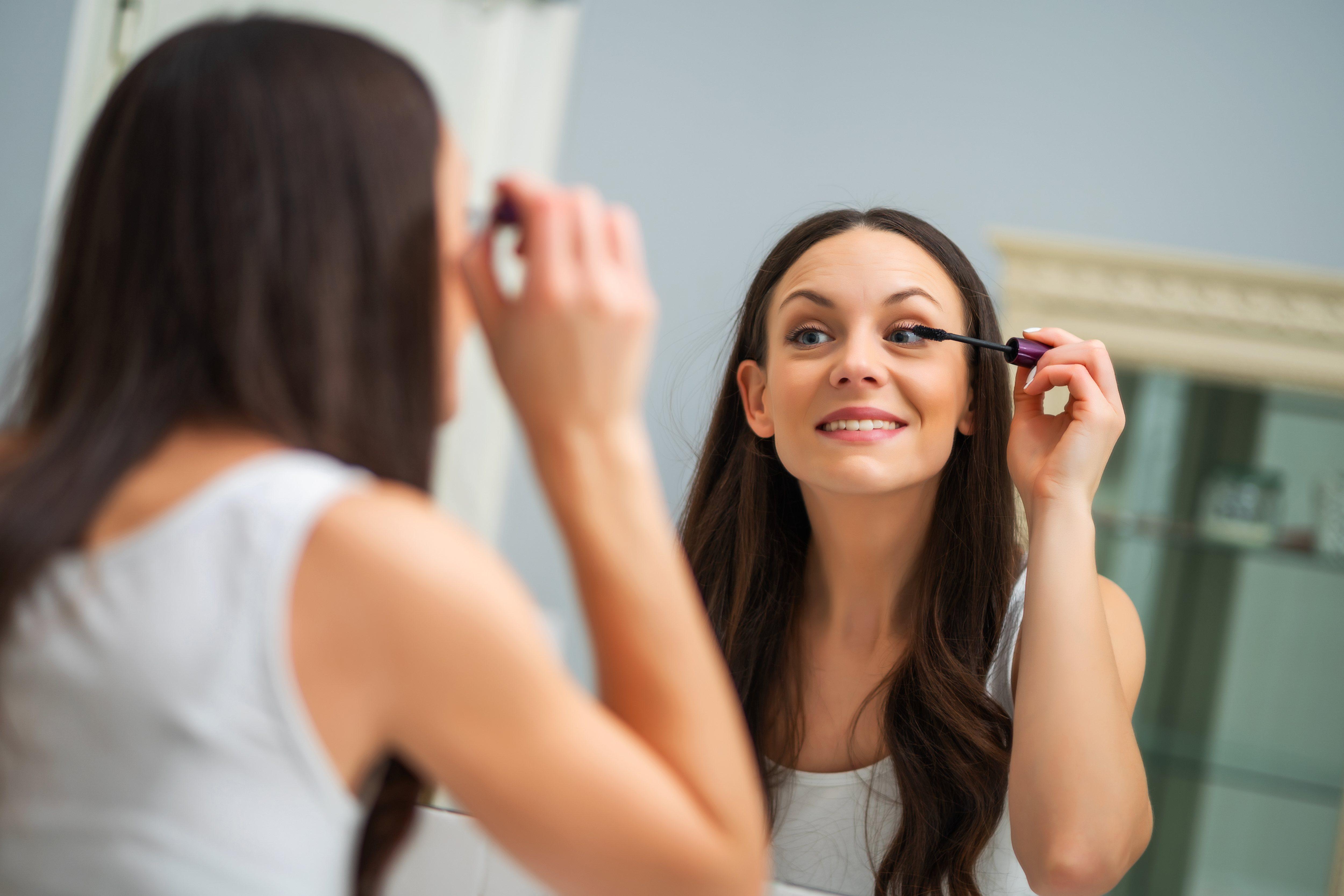 La máscara de pestañas ayuda a tener una mirada limpia e intensa