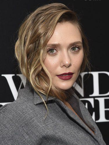 Elizabeth Olsen con cabello ondulado y labios borgoña