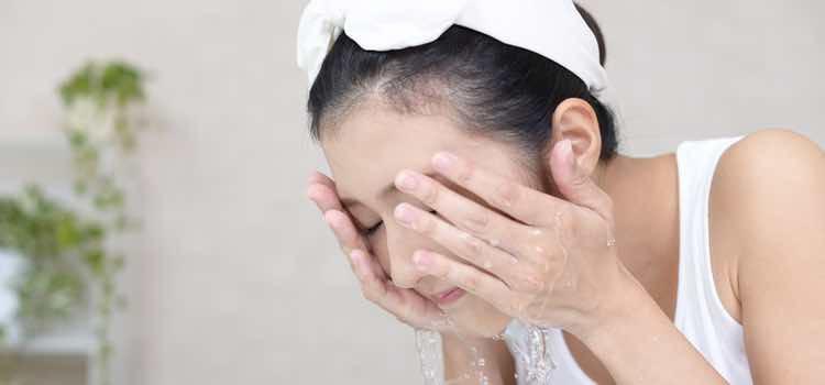 El lavado de cara es lo más sencillo a la par que de vital importancia