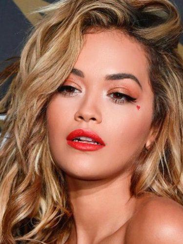 Rita Ora con melena despeinada y labios rojos