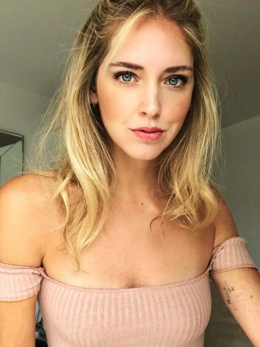 Chiara Ferragni con cabello semirecogido y maquillaje en rosa