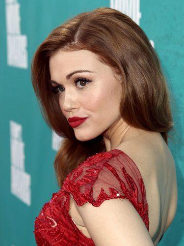 Holland Roden con cabello ondulado y labial rojo