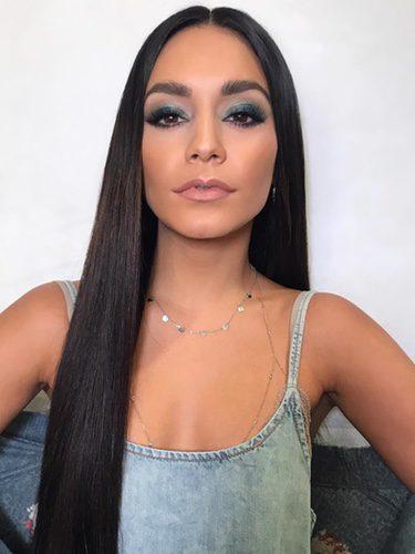 Vanessa Hudgens con extensiones y sombras de ojos grises