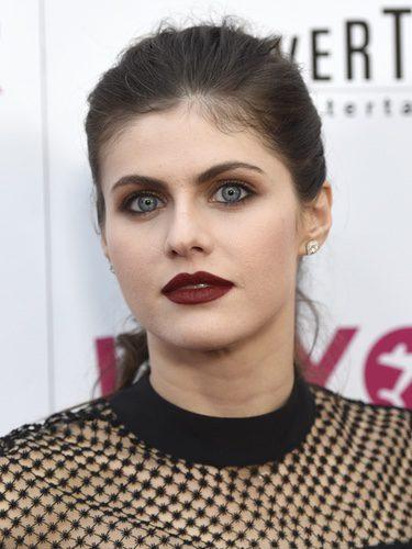Alexandra Daddario con sombras en tonos melocotón y labios borgoña