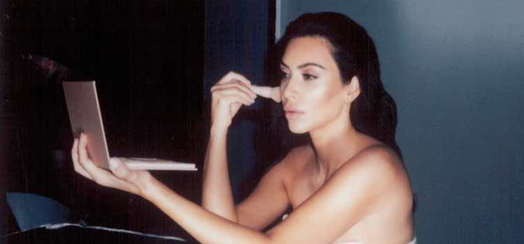 Kim Kardashian maquillándose con su kit de contouring