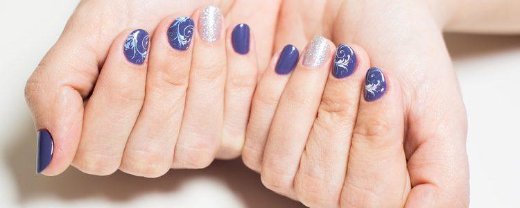 La principal diferencia entre estos tipos de uñas son el material que se usa