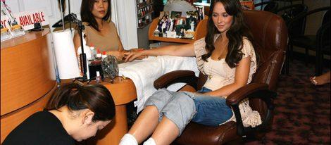 Jennifer Love Hewitt haciéndose la manicura y la pedicura