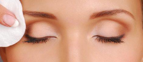 Desmaquillar los ojos es fundamental para evitar problemas