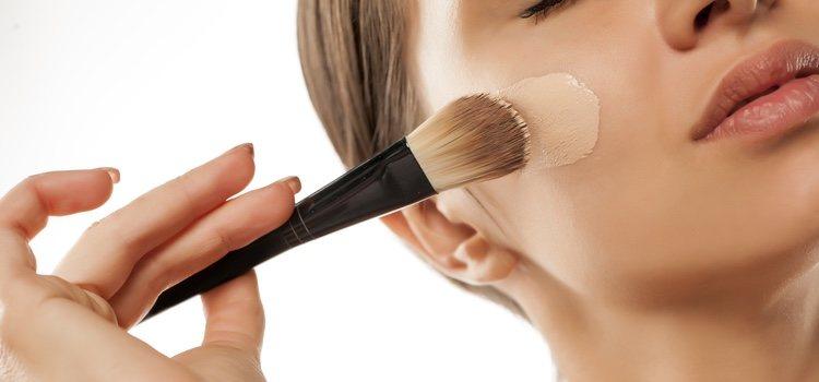 Aplica siempre el maquillaje con brocha y no con la mano