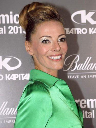 Paula Vázquez con moño alto de bailarina y sombras azuladas