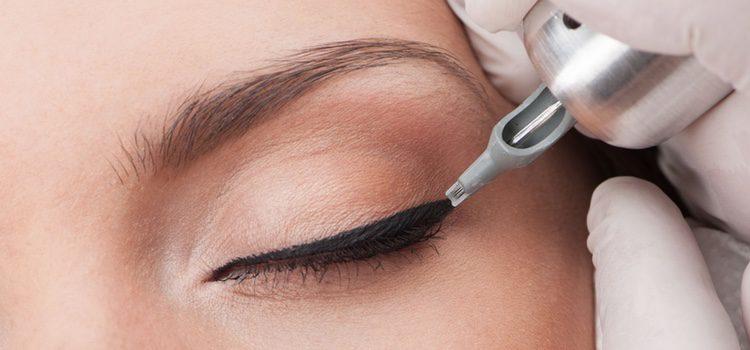 Antes de hacer la forma con el eyeliner deberás aplicarte también una crema hidratante