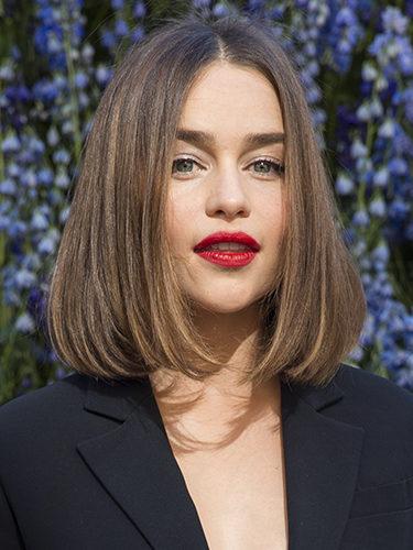 Emilia Clarke con el pelo liso y los labios rojos