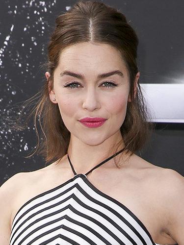 Emilia Clarke con el pelo recogido