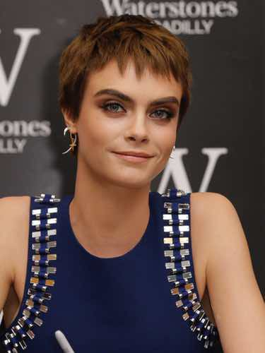 Cara Delevingne luciendo pixie marrón chocolate