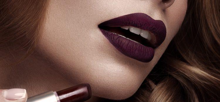 Opta por resaltar tus labios en contrapunto a los ojos