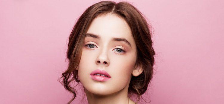 Aplica polvos translucidos por encima de los labios una vez maquillados
