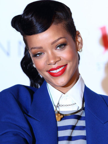 Rihanna luce un recogido retro