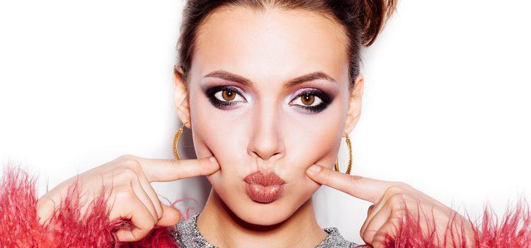 Practicar el maquillaje con anterioridad es una buena manera de no aparecer hecha un cuadro