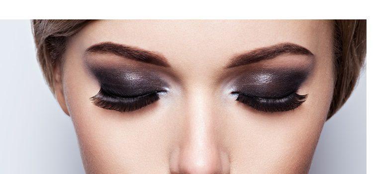 Combinar colores oscuros con dorados, cobres o plateados es una buena opción para enfatizar nuestra mirada