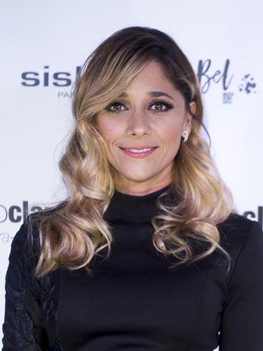 Mariam Hernández con mechas rubias desde las raíces