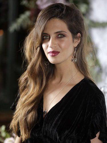 Sara Carbonero con un maquillaje en tonos granates