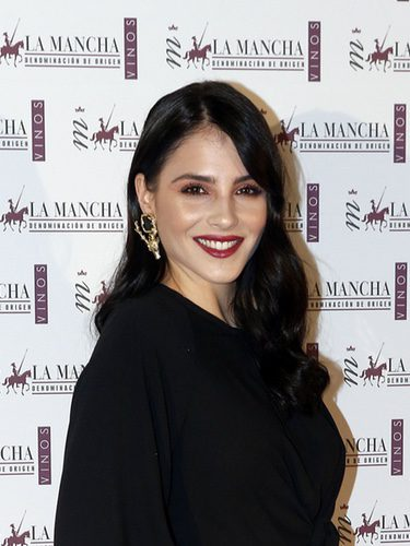 Andrea Duro con labial rojo