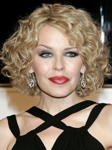 Kylie Minogue, con el pelo rizado
