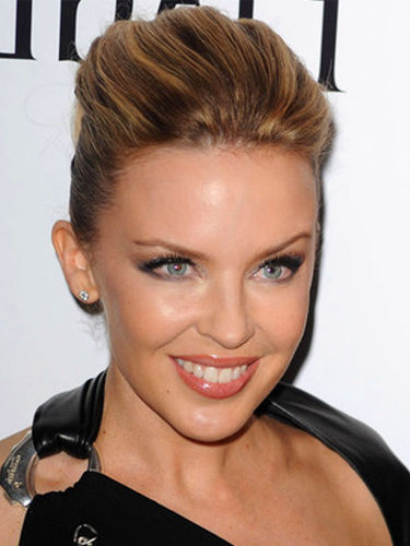 Kylie Minogue, con recogido y tupé