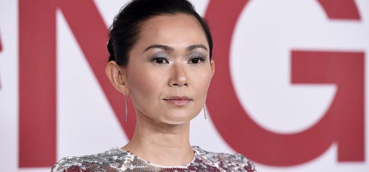 Hong Chau con un maquillaje en tonos plateados