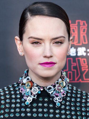 Daisy Ridley con labios rosa fucsia