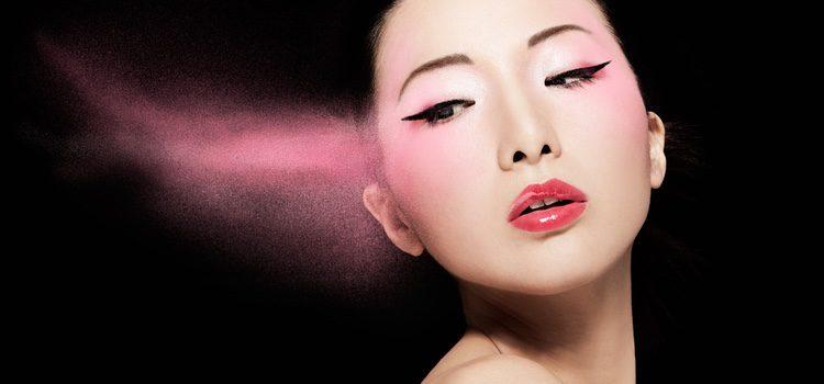 El maquillaje de los ojos asiáticos suele intentar hacerlos más grandes