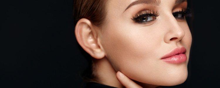 Antes de maquillarte, retira los restos de maquillaje del día anterior con agua micelar o algún producto desmaquillante