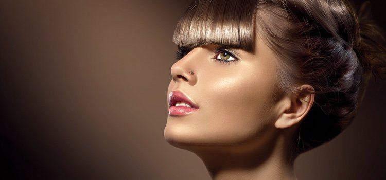 El flequillo oscurece el rostro, intenta darle luz con el maquillaje