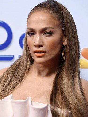 Jennifer Lopez con un labial naranja