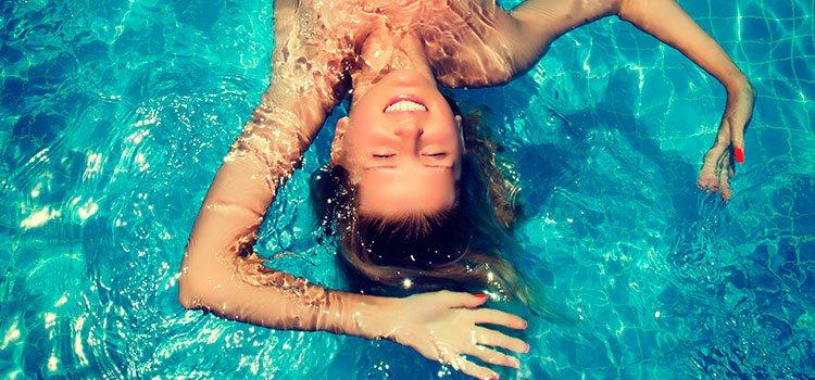 El cloro de la piscina y la sal del mar son elementos que dañan gravemente el cabello en verano