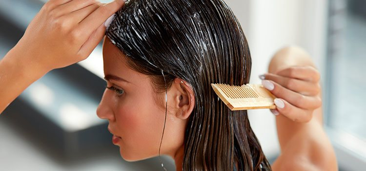 Las mascarillas naturales fabricadas en casa son una buena opción para mantener el cabello castaño claro cuidado