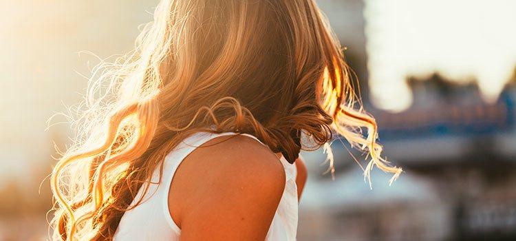 En verano se debe proteger el cabello del sol con sombreros o sérums específicos